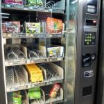 【海外の反応】日本の自動販売機では食べ物も売ってるの?自動販売機に興味津々