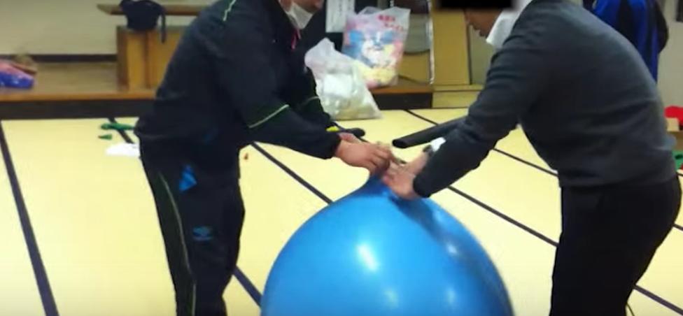 【海外の反応】「日本人のユーモアは変わってる・・・」男子高校生が大きな風船に入る芸