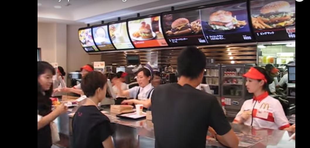 【海外の反応】外国人「忙しいのに・・・」混雑時の日本のマクドナルドの接客が話題に